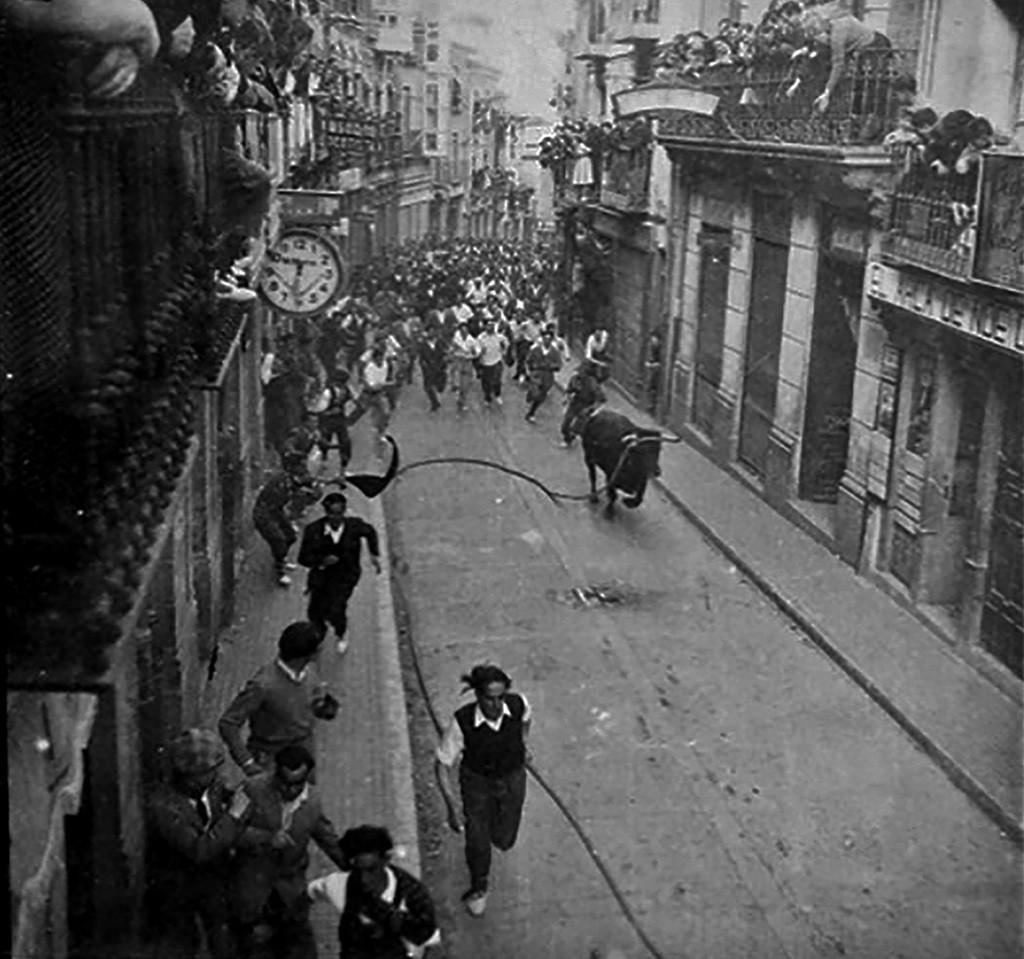 02 Toro Enmaromado en la calle La Rua (1947)
