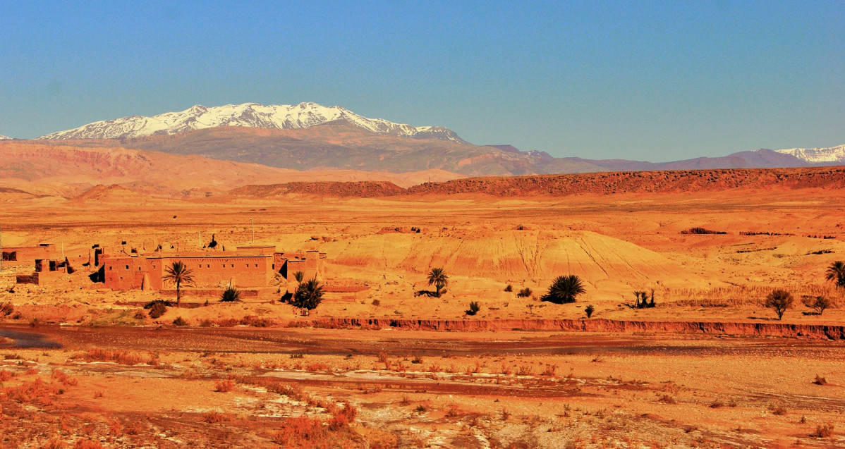 Marruecos In the desert, on the road from Marrakech to Ouarzazate. The mountain behind is the Atlas.
