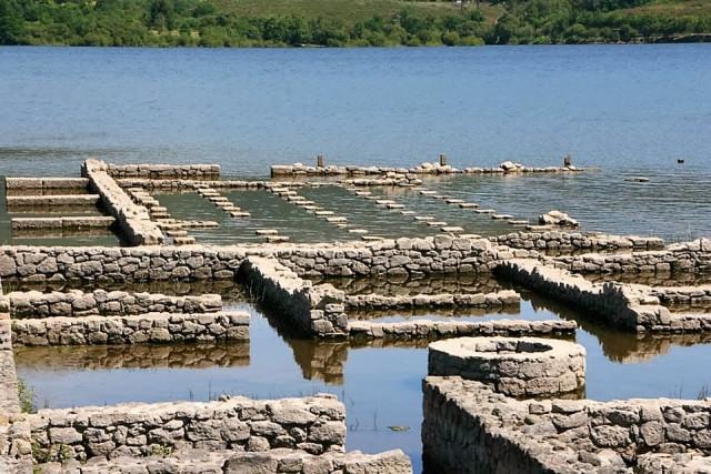 Baños Romanos De Bande:unos 11 metros de ancho que separa la muralla de las demás