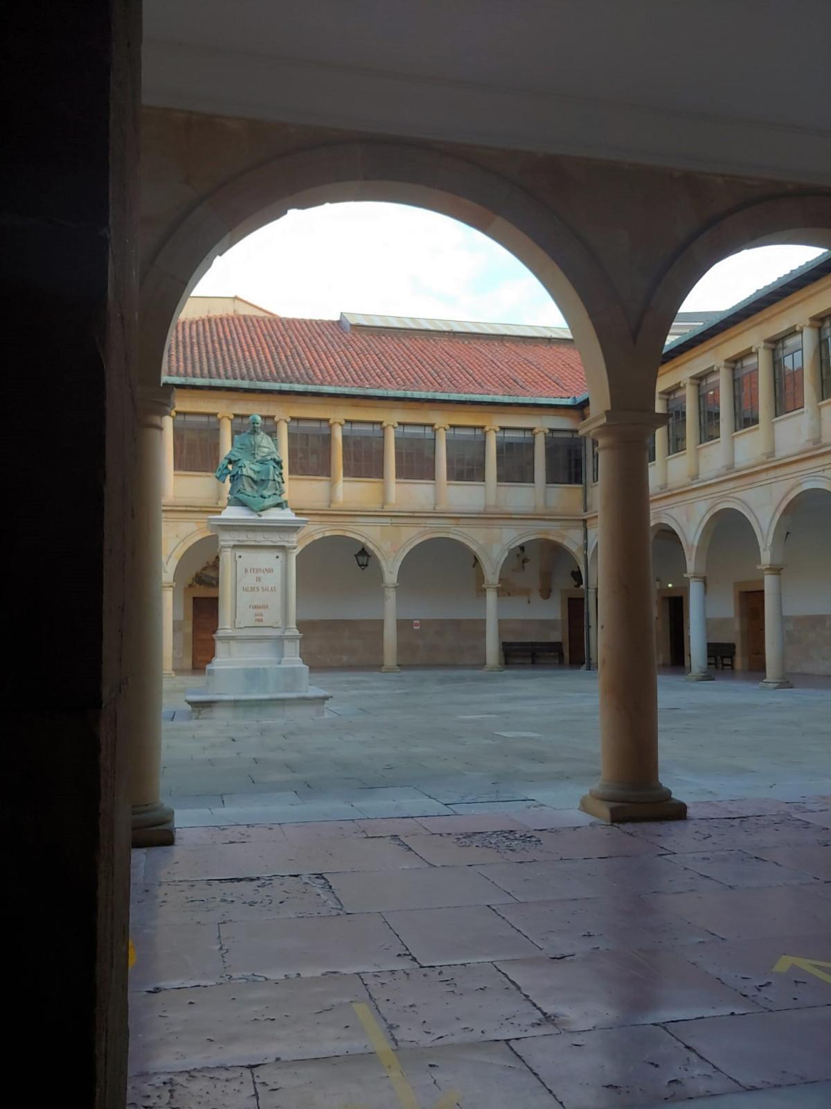 Oviedo, patio de la Universidad Vieja, Carlos Cuesta